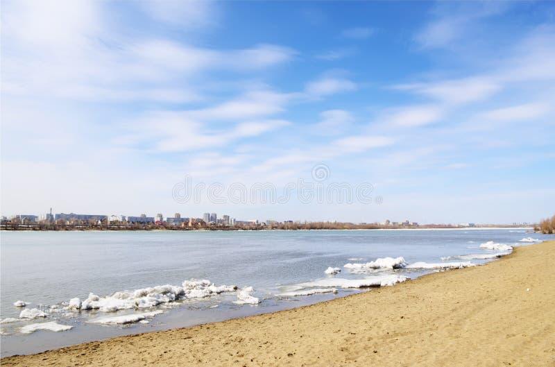 Primavera del fiume Irtysh Omsk, Russia immagine stock