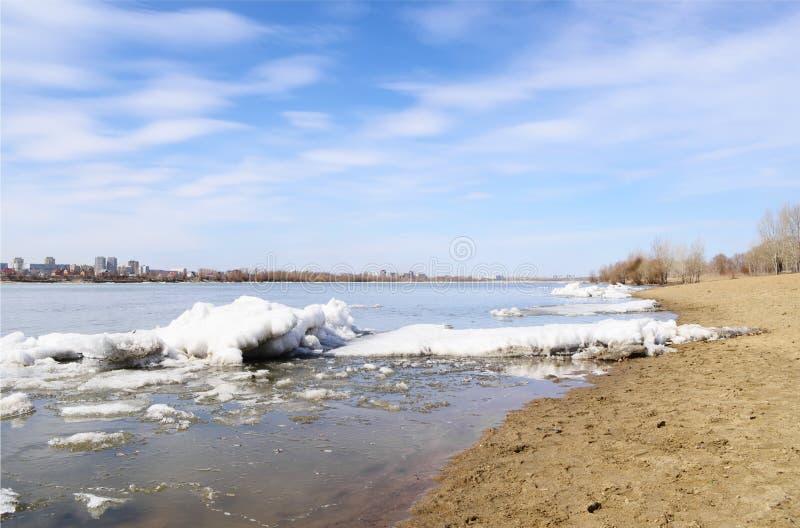 Primavera del fiume Irtysh Omsk, Russia immagini stock libere da diritti