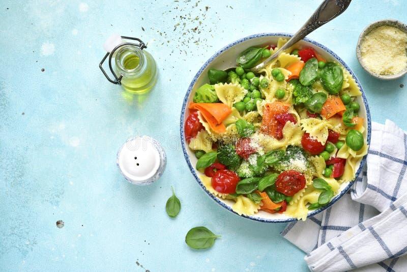 Primavera della pasta con le verdure della molla Vista superiore con lo spazio della copia immagini stock libere da diritti
