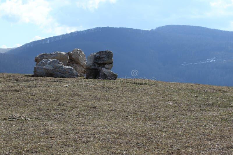 Primavera di formazione rocciosa della montagna fotografia stock