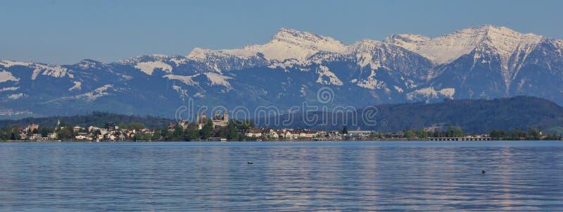 Primavera en el lago Zurichsee foto de archivo
