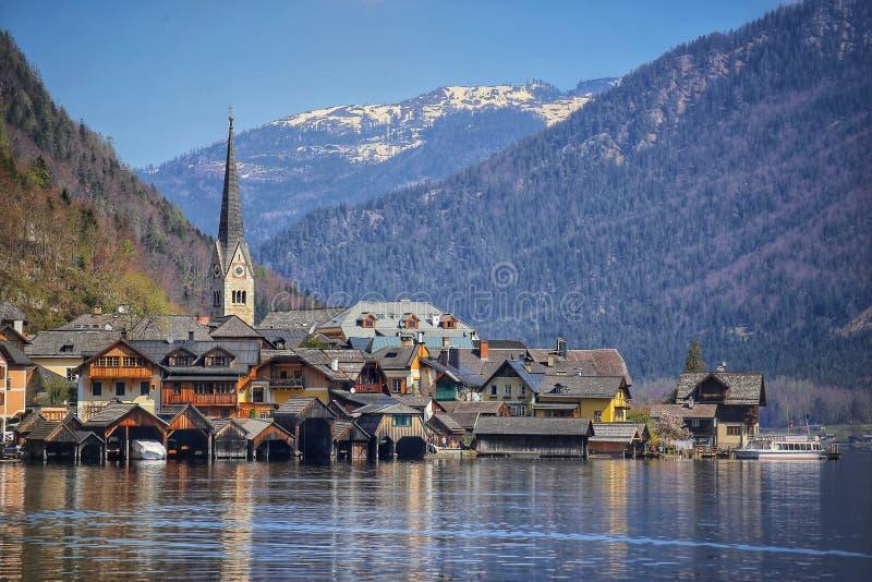Primavera en la vista esc?nica del destino famoso Pueblo de Hallstatt en las monta?as austr?acas con el lago Hallstattersee, iceb imagen de archivo