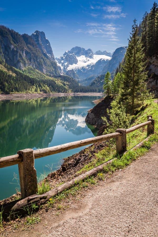 Primavera hermosa en el lago de la montaña en Gosau, montañas, Austria imágenes de archivo libres de regalías