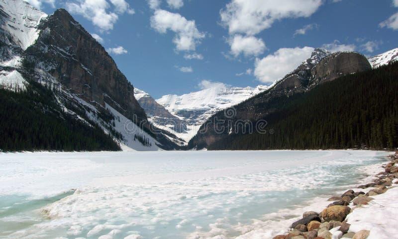 Primavera a Lake Louise congelato nel parco nazionale di Banff fotografia stock libera da diritti