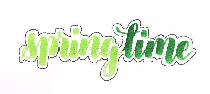 primavera - mão que rotula a inscrição no verde com esboço preto ilustração do vetor