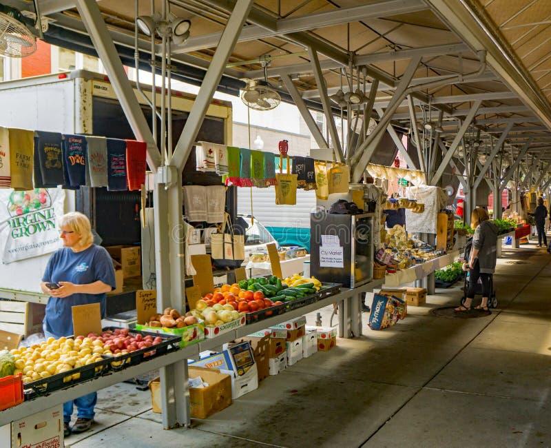 primavera no mercado dos fazendeiros da cidade de Roanoke imagem de stock