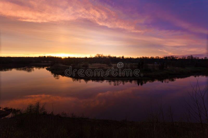 Primavera Río Salida del sol Puesta del sol Amanezca sobre el río fotografiado en primavera temprana fotos de archivo