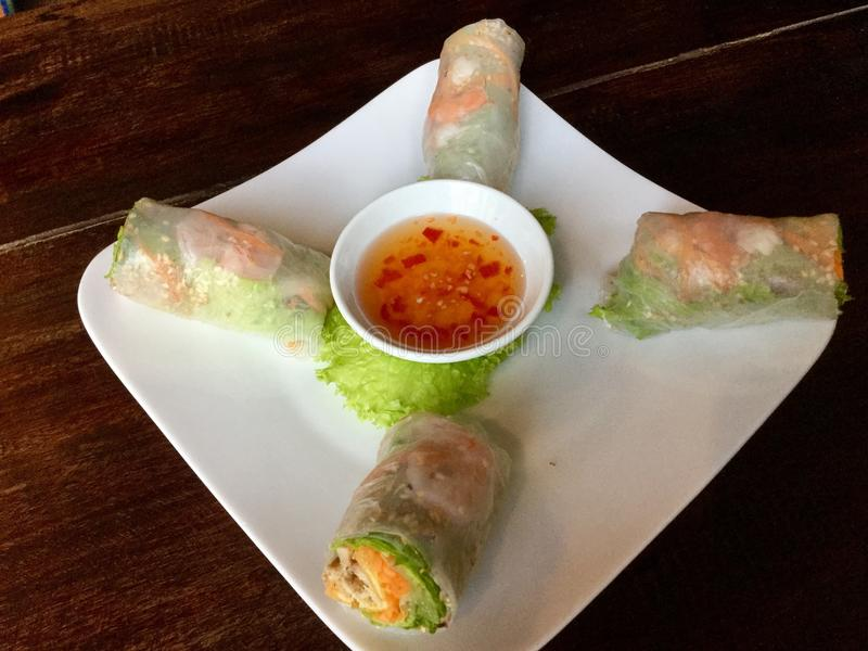 Primavera vietnamita fresca Rolls con una salsa dulce picante fotografía de archivo libre de regalías