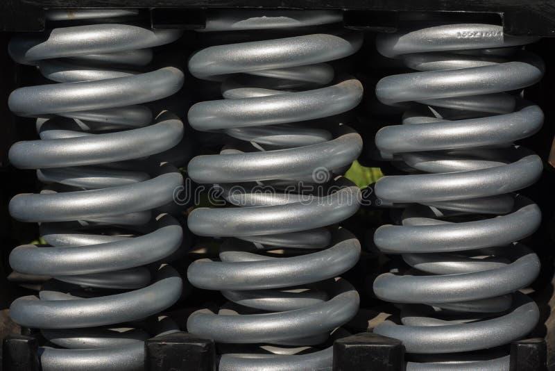 Primaveras de acero usadas en maquinaria pesada imagen de archivo
