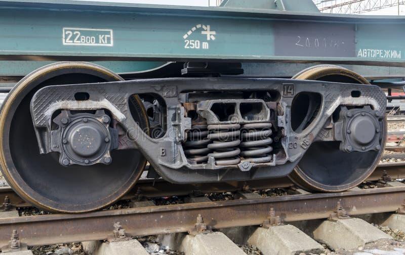 Primaveras y camión de las ruedas en un coche ferroviario en los carriles imagenes de archivo