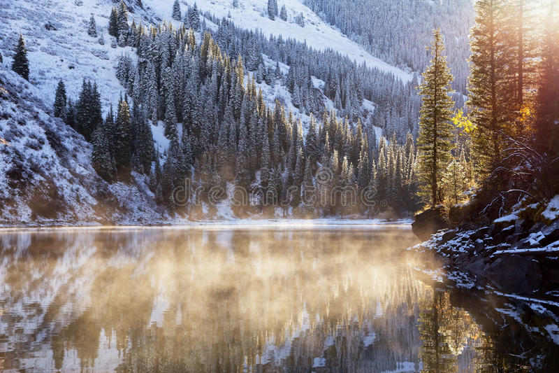 Prime precipitazioni nevose sul lago immagine stock