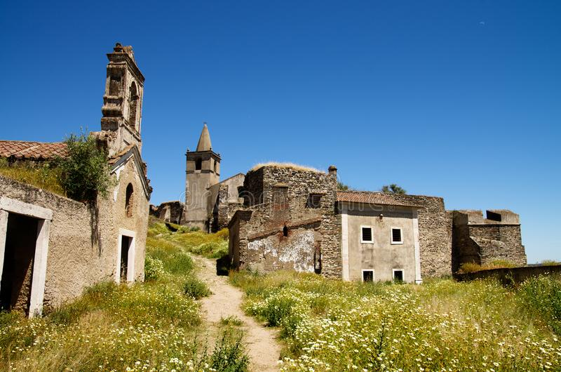 Prime rovine vedute sull'entrare in fortezza abbandonata di Juromenha fotografie stock