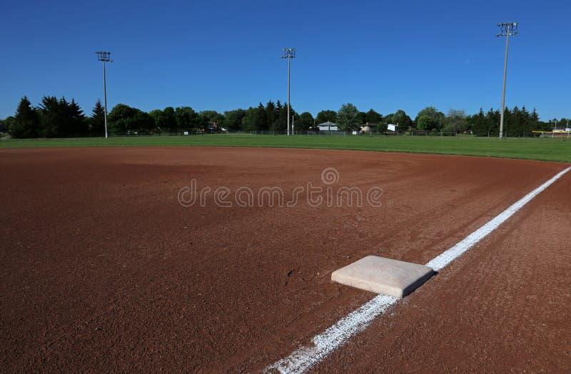 Primeira base em um campo de basebol fotos de stock
