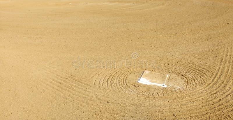 Primeira base posicionada no campo de um diamante de basebol imagens de stock royalty free