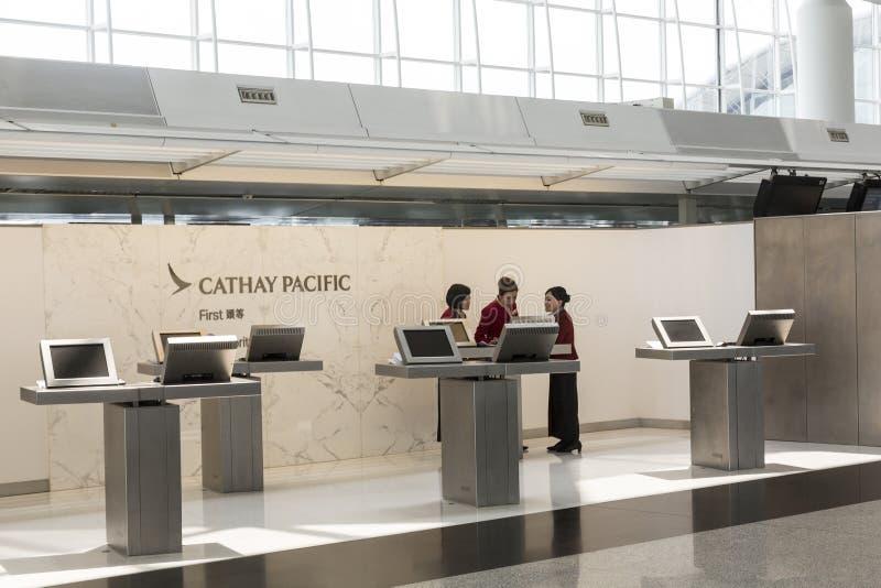 A primeira classe de Cathay Pacific verifica opõe-se dentro foto de stock royalty free