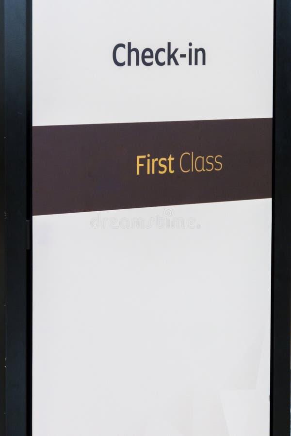 A primeira classe verifica dentro o sinal fotografia de stock royalty free