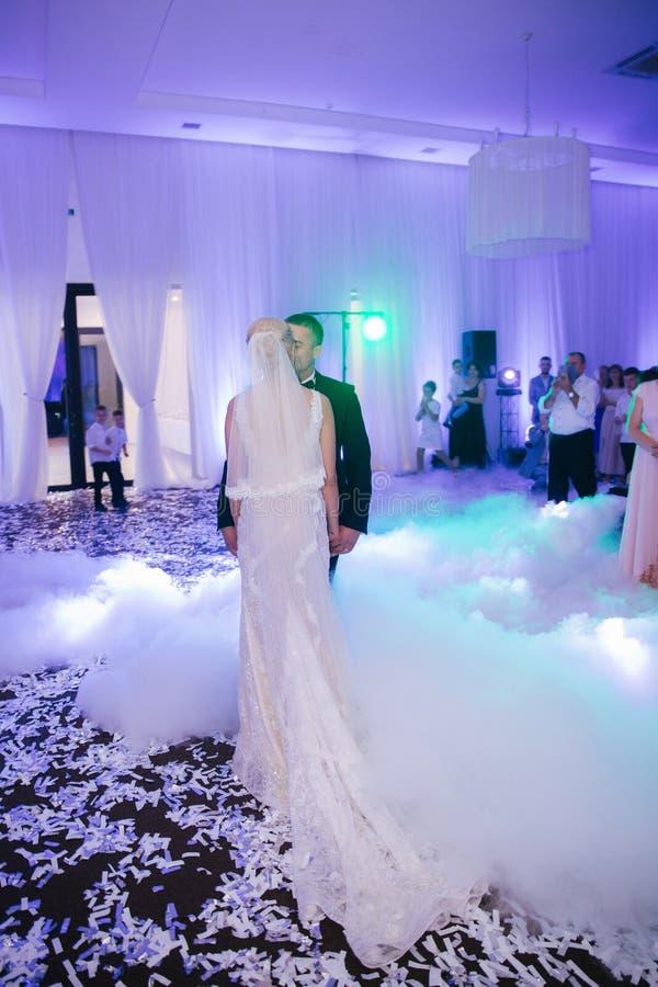 Primeira dança de pares à moda do casamento Noivo considerável e noiva elegante no restaurante fotos de stock royalty free