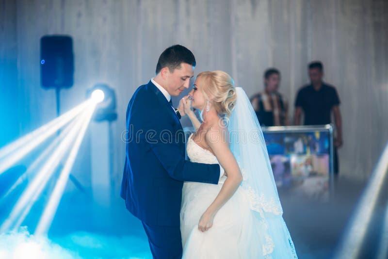 Primeira dança do casamento no restaurante Pares no amor fotografia de stock royalty free