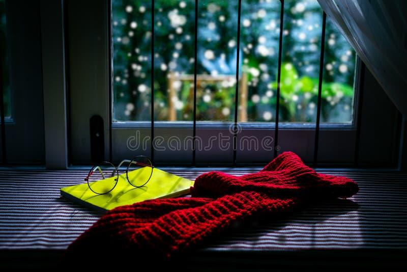 A primeira estação do inverno está vindo e é o primeiro dia que snowi fotografia de stock royalty free