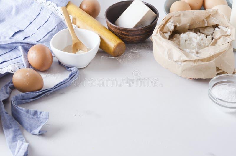 Primeira etapa no processo de cozimento, preparação de ingredientes baixos para fazer bolos e rolos Espa?o vazio para seu projeto fotografia de stock royalty free