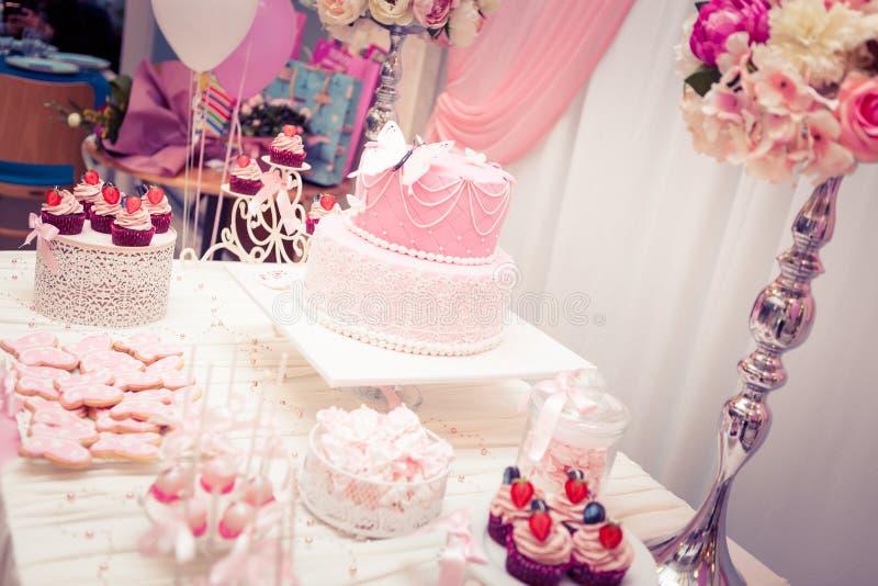 Primeira festa de anos do bebê - tabela luxuosa fotografia de stock royalty free