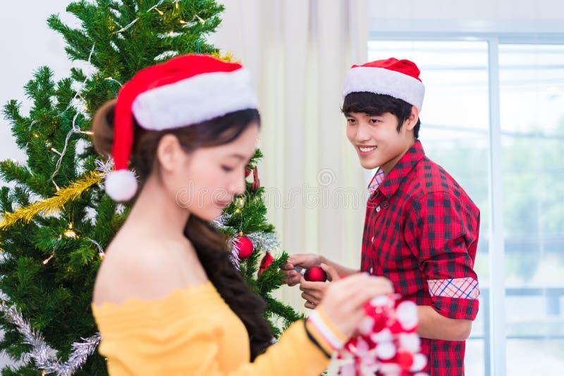 Primeira impressão do homem à mulher que se prepara a decorar a árvore de Natal no festival do ano novo Conceito do Xmas e do eve fotografia de stock royalty free