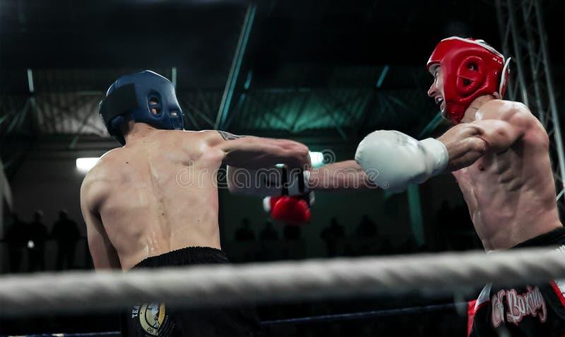 Primeira luta kickboxing redonda fotografia de stock