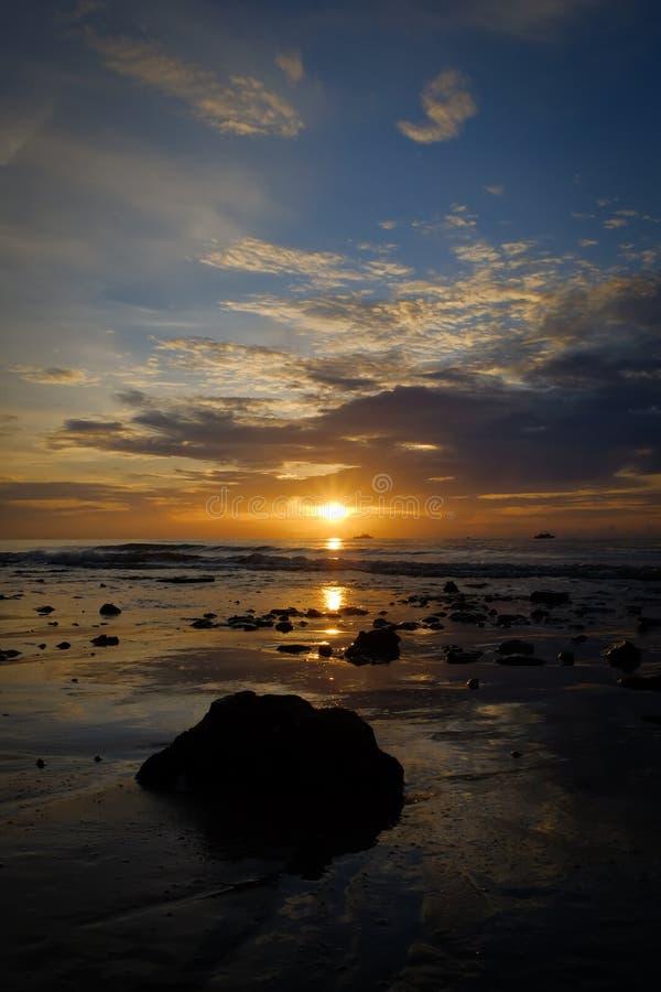 A primeira luz atrás do mar, em Hua Hin, beleza da natureza imagem de stock royalty free