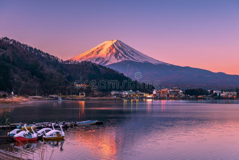 Primeira luz que bate a cimeira de Monte Fuji no lago Kawaguchi imagem de stock