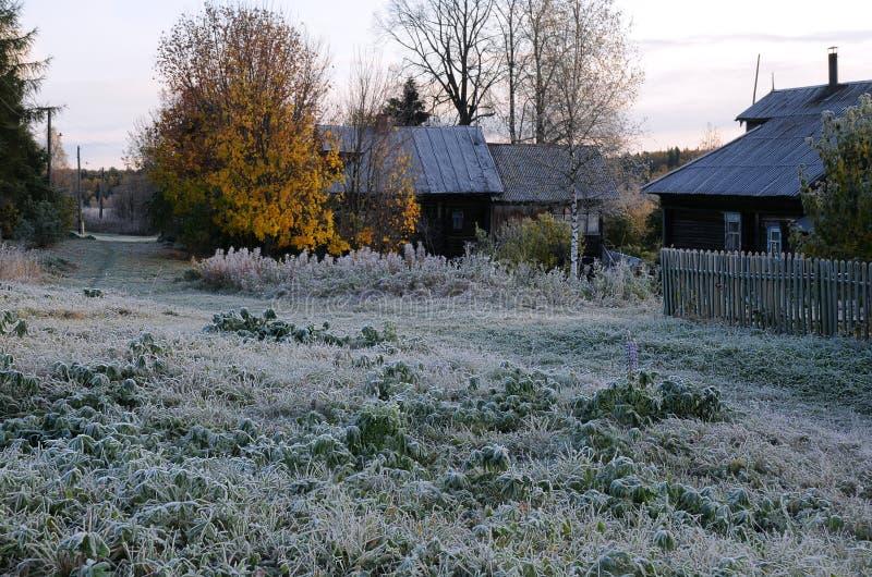 Primeira manhã gelado na vila do russo fotografia de stock