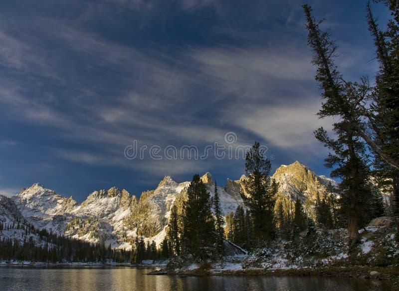 Primeira neve do lago remoto mountain imagem de stock