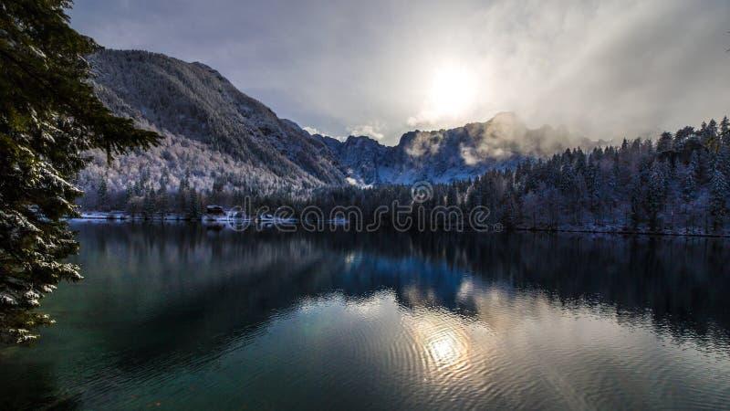Primeira neve no lago da montanha fotos de stock