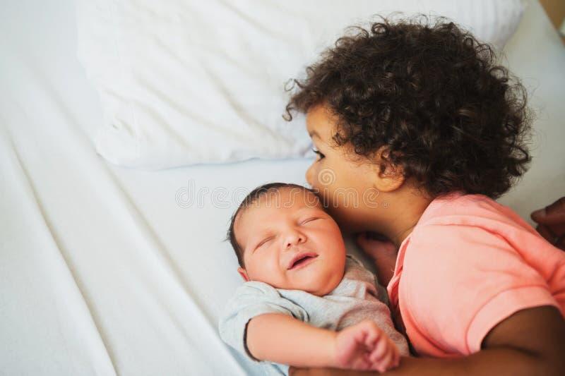 Primeira reunião do menino africano adorável da criança e de seu irmão recém-nascido imagem de stock