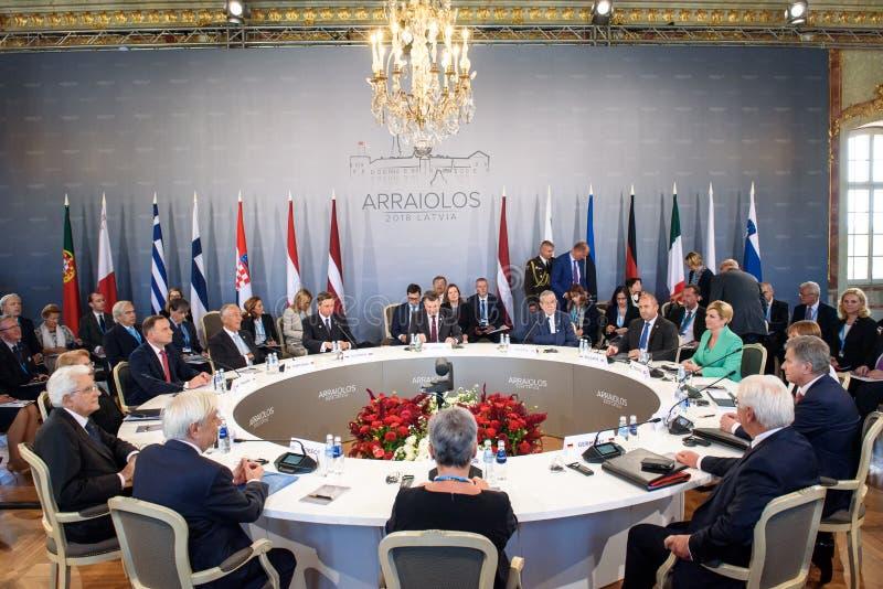 Primeira sessão de funcionamento, durante a 14a reunião informal do grupo de Arraiolos fotos de stock