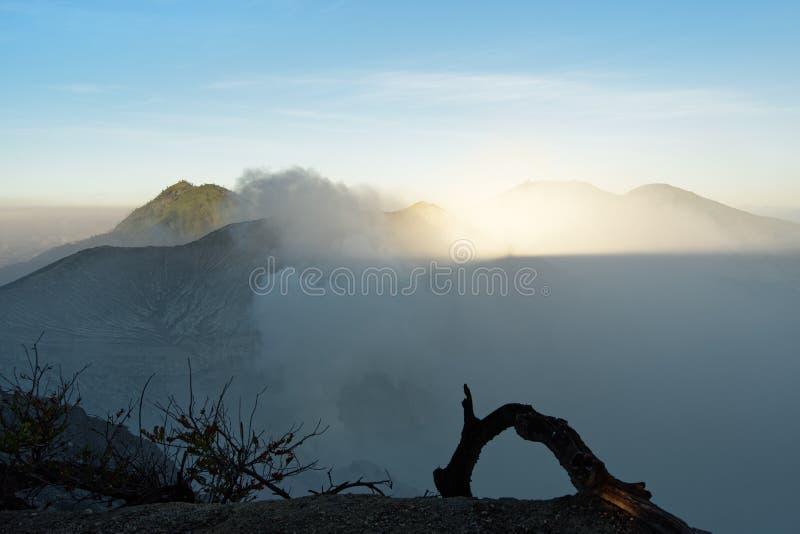 Primeira sombra da luz do dia e da montanha no vulcão ativo Ijen fotos de stock royalty free