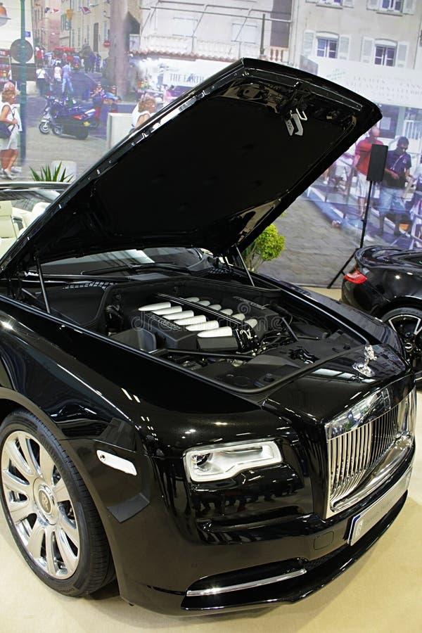 Primeira vez de Rolls Royce Dawn mostrada na expo 2017 do carro de Bratislava com a tampa aberta da capa e o motor V12 visível foto de stock