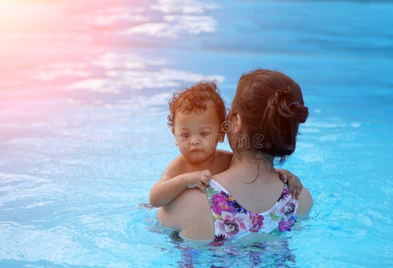 Primeira vez do bebê em uma piscina foto de stock