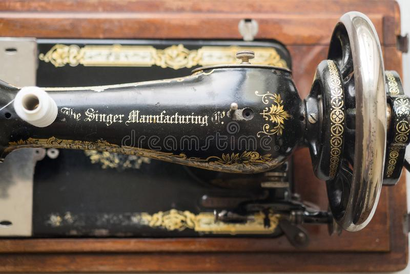 Primeiramente - máquina de costura do CANTOR da mão, fim acima, foco seletivo imagem de stock royalty free