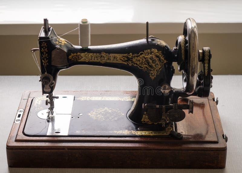 Primeiramente - máquina de costura do CANTOR da mão, foco seletivo foto de stock royalty free