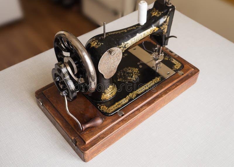 Primeiramente - máquina de costura do CANTOR da mão, foco seletivo fotos de stock royalty free