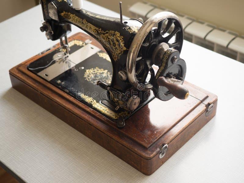 Primeiramente - máquina de costura do CANTOR da mão, foco seletivo imagens de stock