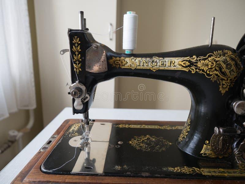 Primeiramente - máquina de costura do CANTOR da mão, foco seletivo imagens de stock royalty free