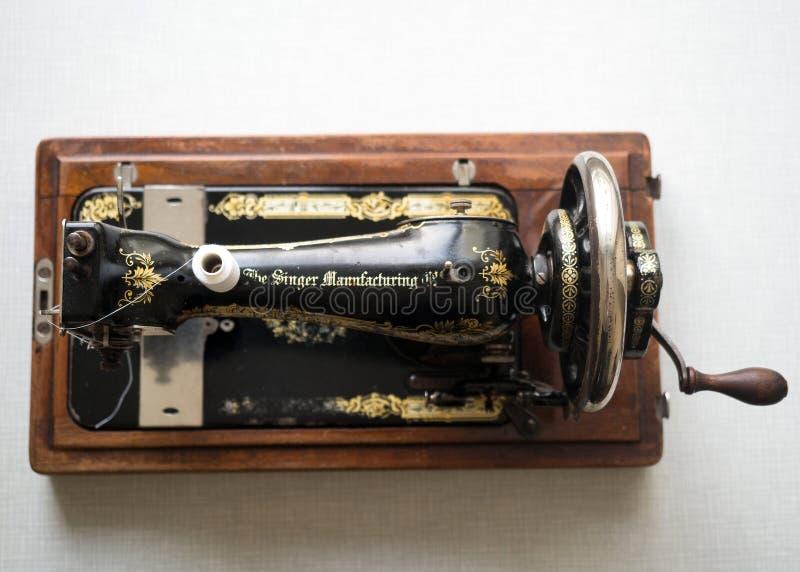 Primeiramente - máquina de costura do CANTOR da mão, vista superior, foco seletivo fotografia de stock royalty free