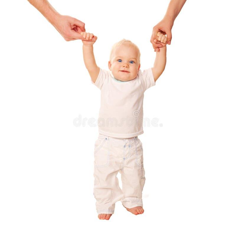 Primeiras etapas. Bebê que aprende andar, fotos de stock