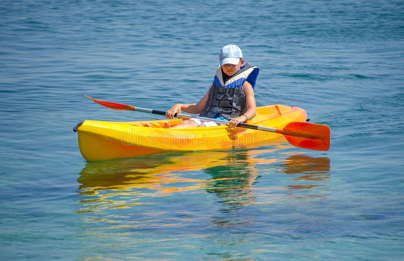 Primeiras lições kayaking imagens de stock royalty free