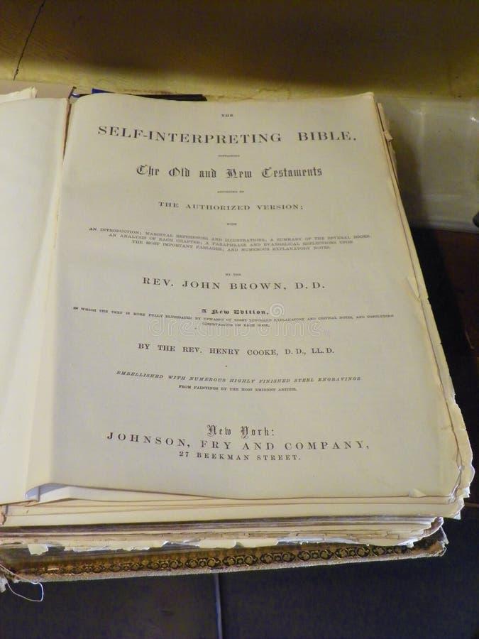 Primeiras páginas de uma Bíblia do vintage imagem de stock