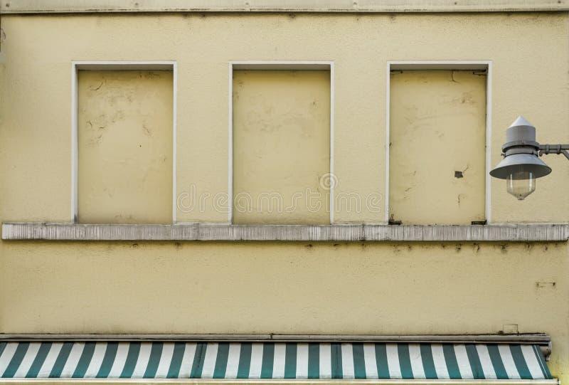 Primeiro andar da fachada de um café da rua da sala de estar de gelado com tijolo imagem de stock