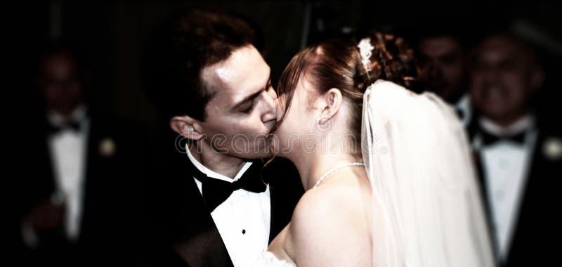 Primeiro beijo como o marido e a esposa imagens de stock