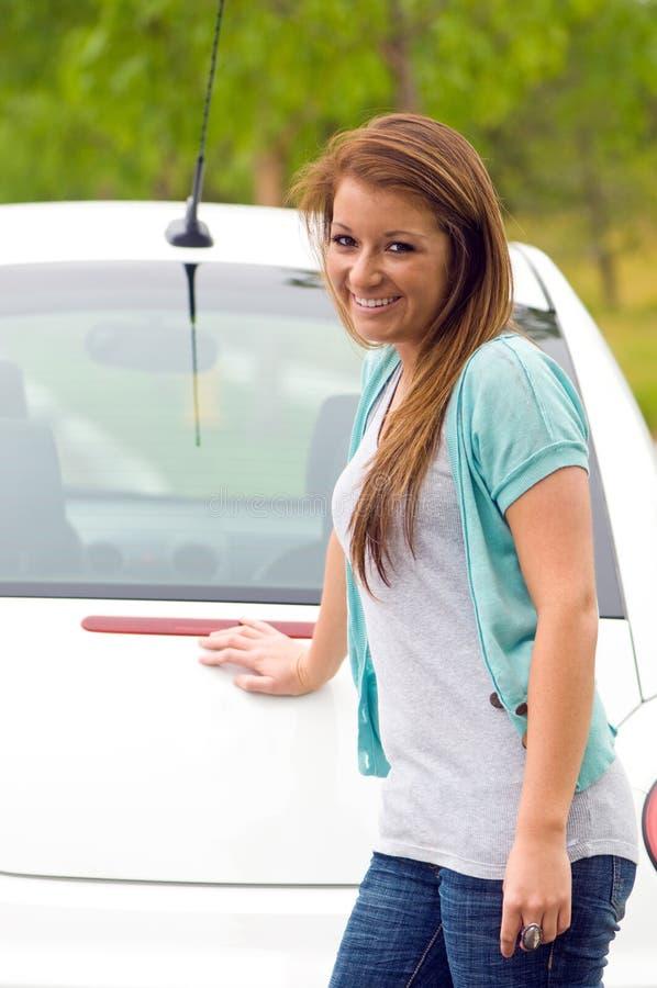 Primeiro carro da menina adolescente imagens de stock