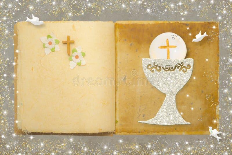 Primeiro cartão, Bíblia e cálice do comunhão santamente foto de stock